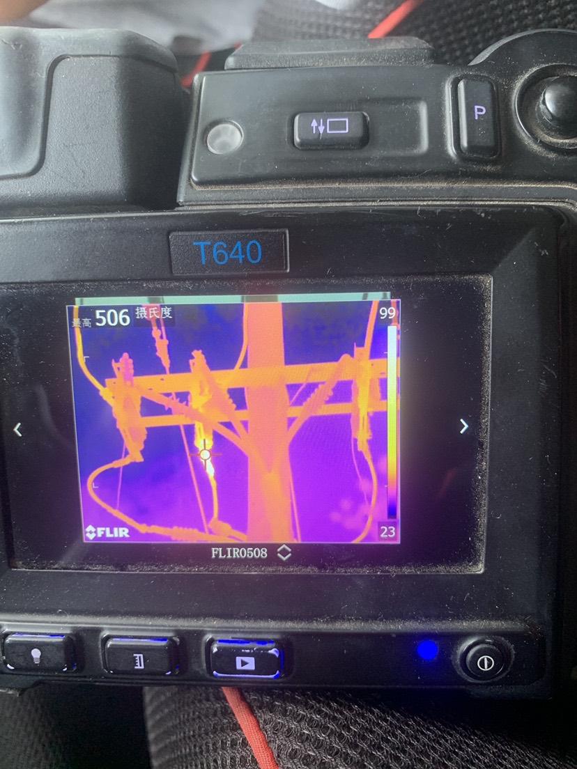 8、14菏泽郓城检测项目部检测城区供电中心,检测110kV南郊变电站10kV016南环东线25号杆刀闸负荷侧中相接点发热506℃,检测人宋广文、李瑞海。现场消缺中 (3).JPG